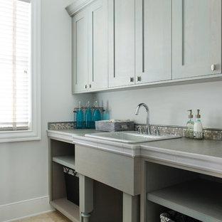 Esempio di una lavanderia multiuso tradizionale di medie dimensioni con lavello da incasso, ante in stile shaker, ante grigie, top piastrellato, pareti grigie, pavimento in travertino e lavatrice e asciugatrice affiancate