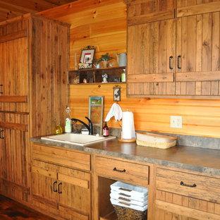 Ispirazione per una lavanderia multiuso rustica di medie dimensioni con ante in legno scuro, top in laminato, parquet scuro, lavello da incasso e pareti marroni