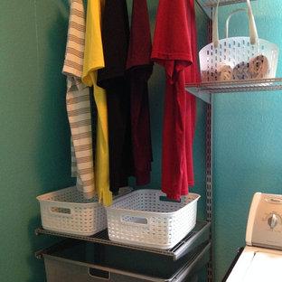 Idee per una lavanderia multiuso tropicale di medie dimensioni con pareti blu, parquet scuro e lavatrice e asciugatrice affiancate
