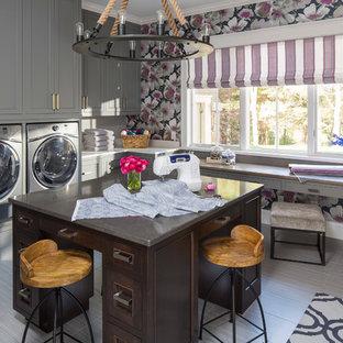 Immagine di una lavanderia multiuso classica con ante in stile shaker, ante grigie, top in granito, pareti multicolore, lavatrice e asciugatrice affiancate e pavimento grigio