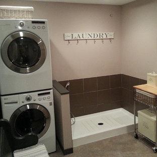 Ispirazione per una sala lavanderia eclettica di medie dimensioni con top in legno, pareti beige, pavimento in linoleum e lavatrice e asciugatrice a colonna