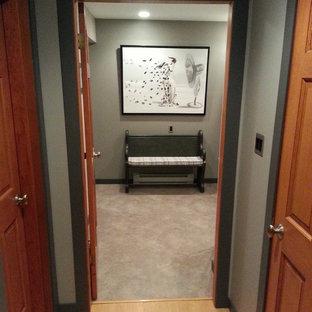 Foto de cuarto de lavado ecléctico, de tamaño medio, con encimera de madera, paredes grises, suelo de linóleo y lavadora y secadora apiladas