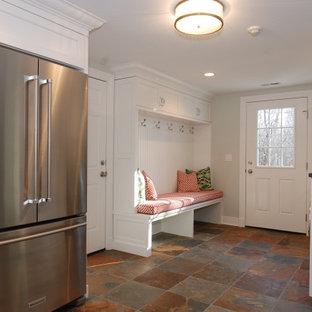 Foto di una grande sala lavanderia tradizionale con lavello sottopiano, ante con riquadro incassato, ante bianche, top in granito, pareti bianche, pavimento in ardesia, lavatrice e asciugatrice affiancate, pavimento multicolore e top grigio