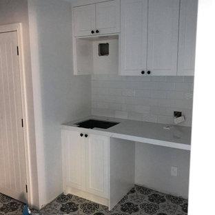 Idéer för små vintage linjära vitt tvättstugor enbart för tvätt och med garderob, med en undermonterad diskho, skåp i shakerstil, vita skåp, marmorbänkskiva, vitt stänkskydd, stänkskydd i tunnelbanekakel, klinkergolv i keramik och flerfärgat golv