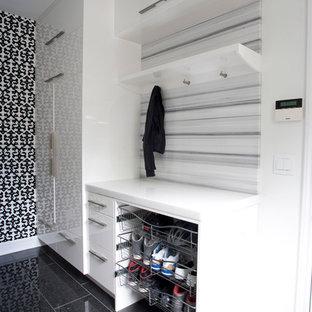 Exempel på ett mellanstort modernt parallellt grovkök, med släta luckor, vita skåp, marmorbänkskiva, flerfärgade väggar, en tvättmaskin och torktumlare bredvid varandra och klinkergolv i keramik