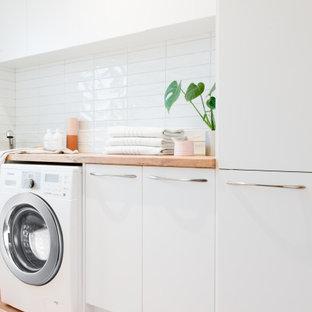 Idee per una sala lavanderia nordica di medie dimensioni con lavello da incasso, nessun'anta, ante bianche, top in laminato, pareti bianche, pavimento in terracotta e lavatrice e asciugatrice affiancate