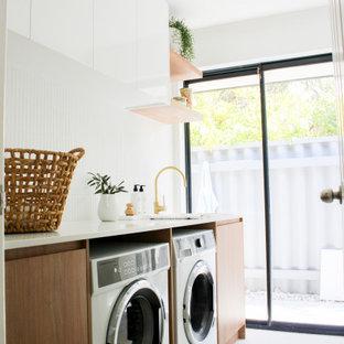 Idéer för en mellanstor lantlig vita linjär tvättstuga enbart för tvätt, med en rustik diskho, släta luckor, skåp i mörkt trä, bänkskiva i kvarts, vita väggar, klinkergolv i porslin, en tvättmaskin och torktumlare bredvid varandra och flerfärgat golv
