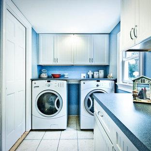 Esempio di una lavanderia multiuso contemporanea di medie dimensioni con ante bianche, pareti blu, pavimento con piastrelle in ceramica, lavatrice e asciugatrice affiancate, ante in stile shaker e top in laminato