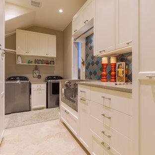 Inredning av ett modernt stort l-format grovkök, med en allbänk, skåp i shakerstil, vita skåp, bänkskiva i kvarts, beige väggar och en tvättmaskin och torktumlare bredvid varandra