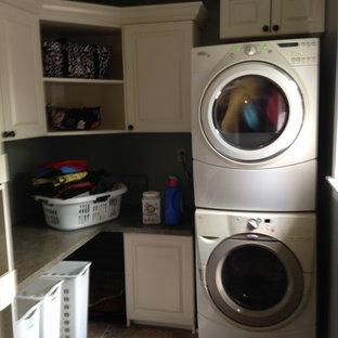 Idee per una sala lavanderia tradizionale di medie dimensioni con ante con bugna sagomata, ante bianche, top in laminato, pareti grigie, pavimento in linoleum e lavatrice e asciugatrice a colonna