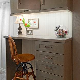 Foto di una piccola lavanderia multiuso american style con lavello stile country, ante in stile shaker, ante grigie, top in laminato, pareti grigie, pavimento in vinile e lavatrice e asciugatrice a colonna