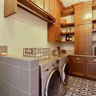 Idee per un'ampia lavanderia multiuso american style con lavello da incasso, ante con riquadro incassato, ante in legno scuro, top in quarzo composito, pareti beige, pavimento con piastrelle in ceramica, lavatrice e asciugatrice affiancate e pavimento multicolore