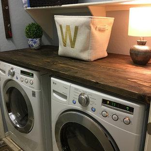 Idee per una piccola sala lavanderia country con top in legno, pareti blu, pavimento con piastrelle in ceramica e lavatrice e asciugatrice affiancate