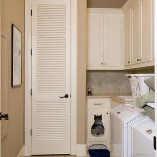 Diseño de cuarto de lavado en L, bohemio, de tamaño medio, con fregadero encastrado, armarios estilo shaker, puertas de armario blancas, encimera de acrílico, paredes beige, suelo de baldosas de cerámica y lavadora y secadora juntas