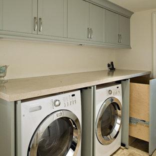 Inredning av en klassisk tvättstuga, med bänkskiva i kalksten, kalkstensgolv och grå skåp