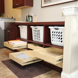 Idéer för små parallella grovkök, med en nedsänkt diskho, luckor med infälld panel, skåp i mörkt trä, laminatbänkskiva, beige väggar, vinylgolv och en tvättmaskin och torktumlare bredvid varandra