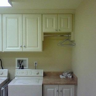Ispirazione per una grande sala lavanderia chic con ante bianche e lavatrice e asciugatrice affiancate