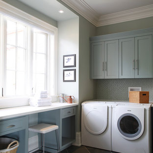 Ispirazione per una lavanderia multiuso chic di medie dimensioni con ante blu, ante in stile shaker, top in superficie solida, pavimento con piastrelle in ceramica, lavatrice e asciugatrice affiancate, pavimento grigio, top bianco e pareti grigie