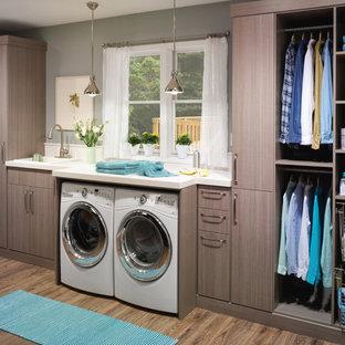 Idéer för en mellanstor industriell linjär tvättstuga enbart för tvätt, med en nedsänkt diskho, släta luckor, bänkskiva i kalksten, en tvättmaskin och torktumlare bredvid varandra, grå väggar, ljust trägolv och grå skåp