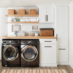Foto på en funkis tvättstuga, med vita skåp och vita väggar