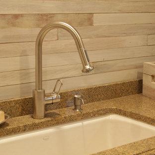 Idéer för ett stort lantligt linjärt grovkök, med en undermonterad diskho, luckor med upphöjd panel, beige skåp, granitbänkskiva, grå väggar, mellanmörkt trägolv, en tvättmaskin och torktumlare bredvid varandra, brunt golv och grått stänkskydd