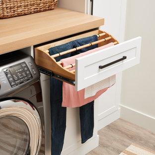 Idéer för en modern tvättstuga, med vita skåp