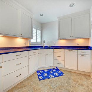 Inspiration för en maritim blå l-formad blått tvättstuga, med en tvättpelare