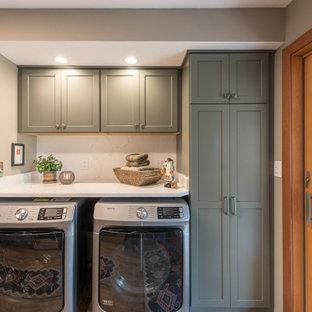 Foto di una lavanderia chic di medie dimensioni con lavello sottopiano, ante in stile shaker, ante grigie, top in quarzite, paraspruzzi bianco, paraspruzzi in lastra di pietra, pavimento in linoleum, pavimento marrone e top bianco