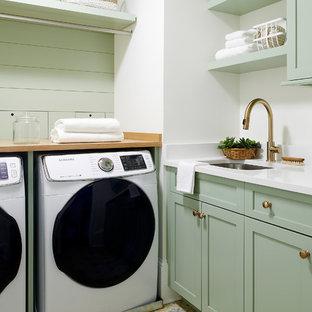 Ispirazione per una sala lavanderia stile marino con lavello sottopiano, ante in stile shaker, ante verdi, pareti bianche, lavatrice e asciugatrice affiancate, pavimento multicolore, top bianco e top in quarzo composito