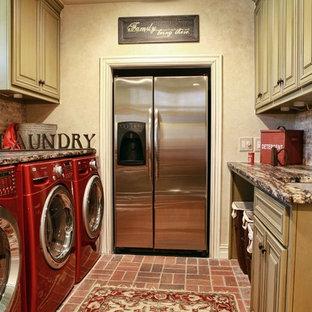 Inspiration för en vintage tvättstuga, med tegelgolv och rött golv