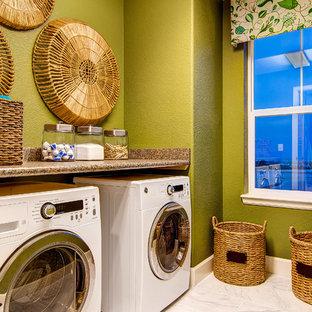 Klassisk inredning av en bruna brunt tvättstuga, med gröna väggar