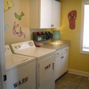 Imagen de lavadero bohemio con puertas de armario blancas, paredes amarillas y lavadora y secadora juntas