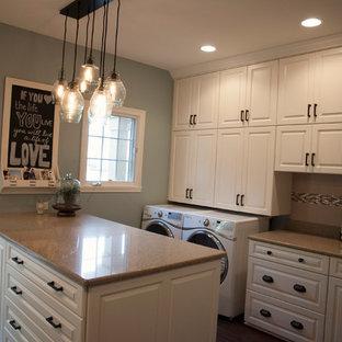 Idee per un'ampia sala lavanderia tradizionale con lavello sottopiano, ante con bugna sagomata, ante bianche e lavatrice e asciugatrice affiancate