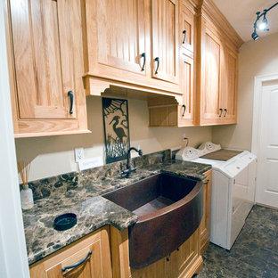 Foto di una sala lavanderia american style di medie dimensioni con lavello stile country, ante a filo, ante in legno chiaro, top in granito, pareti beige, pavimento in marmo e lavatrice e asciugatrice affiancate