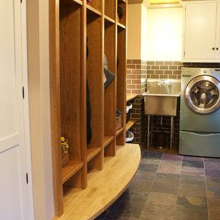 Esempio di una lavanderia eclettica