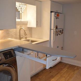 Foto di una lavanderia multiuso classica di medie dimensioni con lavatoio, ante in stile shaker, ante bianche, top in quarzite, pareti grigie, pavimento con piastrelle in ceramica e lavatrice e asciugatrice affiancate