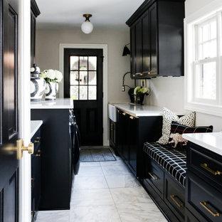 Idéer för ett klassiskt vit parallellt grovkök, med en rustik diskho, svarta skåp, bänkskiva i kvartsit, vita väggar, klinkergolv i keramik, en tvättmaskin och torktumlare bredvid varandra och vitt golv