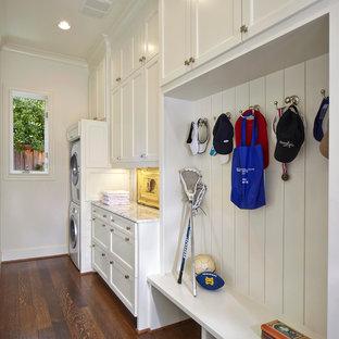Стильный дизайн: маленькая прямая универсальная комната в классическом стиле с фасадами в стиле шейкер, белыми фасадами, мраморной столешницей, белыми стенами, с сушильной машиной на стиральной машине, темным паркетным полом, коричневым полом и белой столешницей - последний тренд