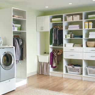 Idee per una lavanderia classica di medie dimensioni con nessun'anta, ante bianche, top in superficie solida, pareti verdi, parquet scuro e lavatrice e asciugatrice affiancate