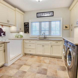 Idéer för att renovera ett stort vintage u-format grovkök, med en undermonterad diskho, skåp i shakerstil, vita skåp, granitbänkskiva, vita väggar, klinkergolv i porslin, en tvättmaskin och torktumlare bredvid varandra och beiget golv