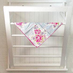 Immagine di una piccola sala lavanderia country con pareti bianche, pavimento in vinile, lavatrice e asciugatrice affiancate e pavimento grigio