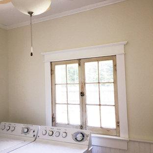 Idées déco pour une buanderie romantique avec un mur blanc et un sol en bois brun.