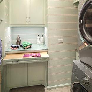 Idéer för små vintage tvättstugor enbart för tvätt, med en allbänk, gröna skåp, bänkskiva i glas, gröna väggar, klinkergolv i keramik och en tvättpelare