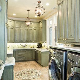 Inredning av ett stort vit u-format vitt grovkök, med en undermonterad diskho, luckor med upphöjd panel, gröna skåp, marmorbänkskiva, gula väggar, ljust trägolv, en tvättmaskin och torktumlare bredvid varandra och beiget golv