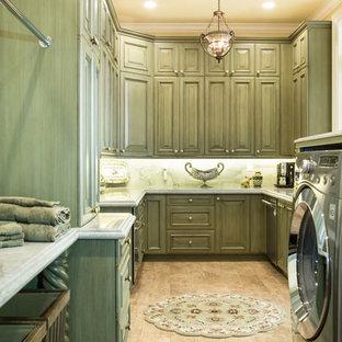 Immagine di una grande lavanderia multiuso con lavello sottopiano, ante con bugna sagomata, ante verdi, top in marmo, pareti gialle, parquet chiaro, lavatrice e asciugatrice affiancate, pavimento beige e top bianco