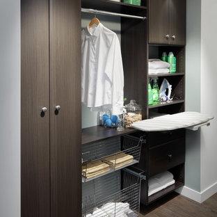 Idéer för att renovera en mellanstor funkis parallell tvättstuga enbart för tvätt, med släta luckor, skåp i mörkt trä, träbänkskiva och en tvättpelare