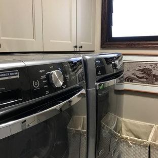 Immagine di una sala lavanderia tropicale di medie dimensioni con lavello sottopiano, ante con riquadro incassato, ante grigie, top in granito, pareti grigie, pavimento con piastrelle in ceramica, lavatrice e asciugatrice affiancate, pavimento beige e top grigio