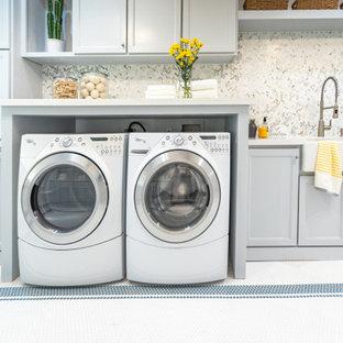 Idéer för att renovera en funkis tvättstuga, med en rustik diskho, skåp i shakerstil, blå skåp, bänkskiva i kvartsit, flerfärgad stänkskydd, stänkskydd i marmor, blå väggar, klinkergolv i porslin och vitt golv