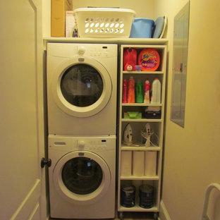 Ispirazione per una lavanderia design con lavatrice e asciugatrice a colonna
