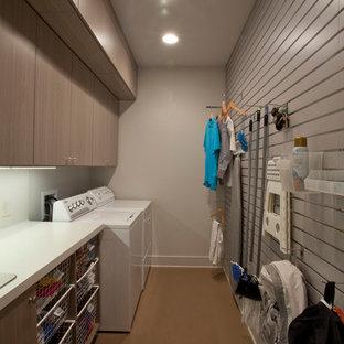 Foto di una lavanderia moderna con lavello da incasso, top in laminato, pareti grigie, pavimento in sughero e lavatrice e asciugatrice affiancate